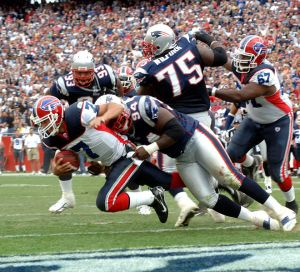 660px-J.P._Losman_tackled_in_the_end_zone_by_Ty_Warren_2006-09-10