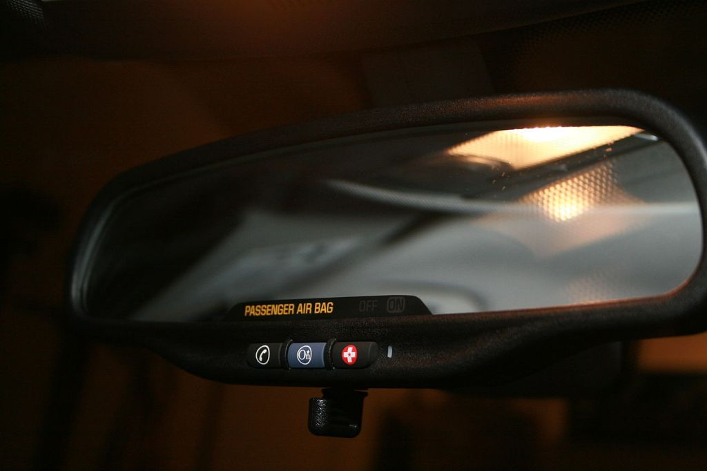 A picture of the 3 OnStar buttons (phone, OnStar and Emergency) built into a rear-view mirror.